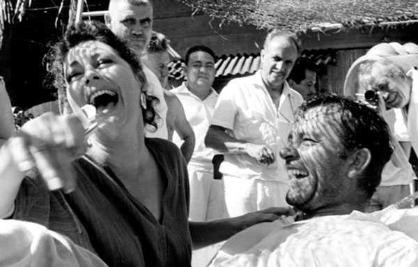 Ava Gardner y Richard Burton se divierten en La noche de la iguana, mientras Huston usa un visor