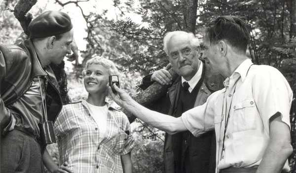 Bergman aprovecha un descanso del rodaje de Fresas salvajes (1957) para coquetear con Bibi Andersson. A su lado, Victor Sjöström
