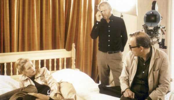 Bergman mira a Liv Ullman con la presencia del fotógrafo Sven Nykvist durante el rodaje de Secretos de un matrimonio (1973)