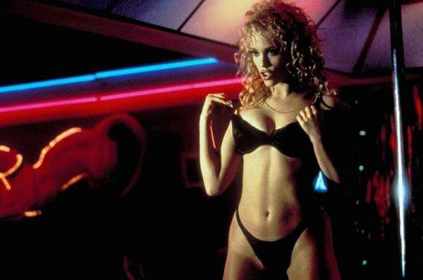 """Así de irreconocible está hoy Elizabeth Berkley, la protagonista de """"Showgirls"""" 16-14-600x397"""