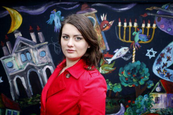 """Así es hoy Olivia Dabrowska, la niña del abrigo rojo de """"La Lista de Schindler"""" 2"""