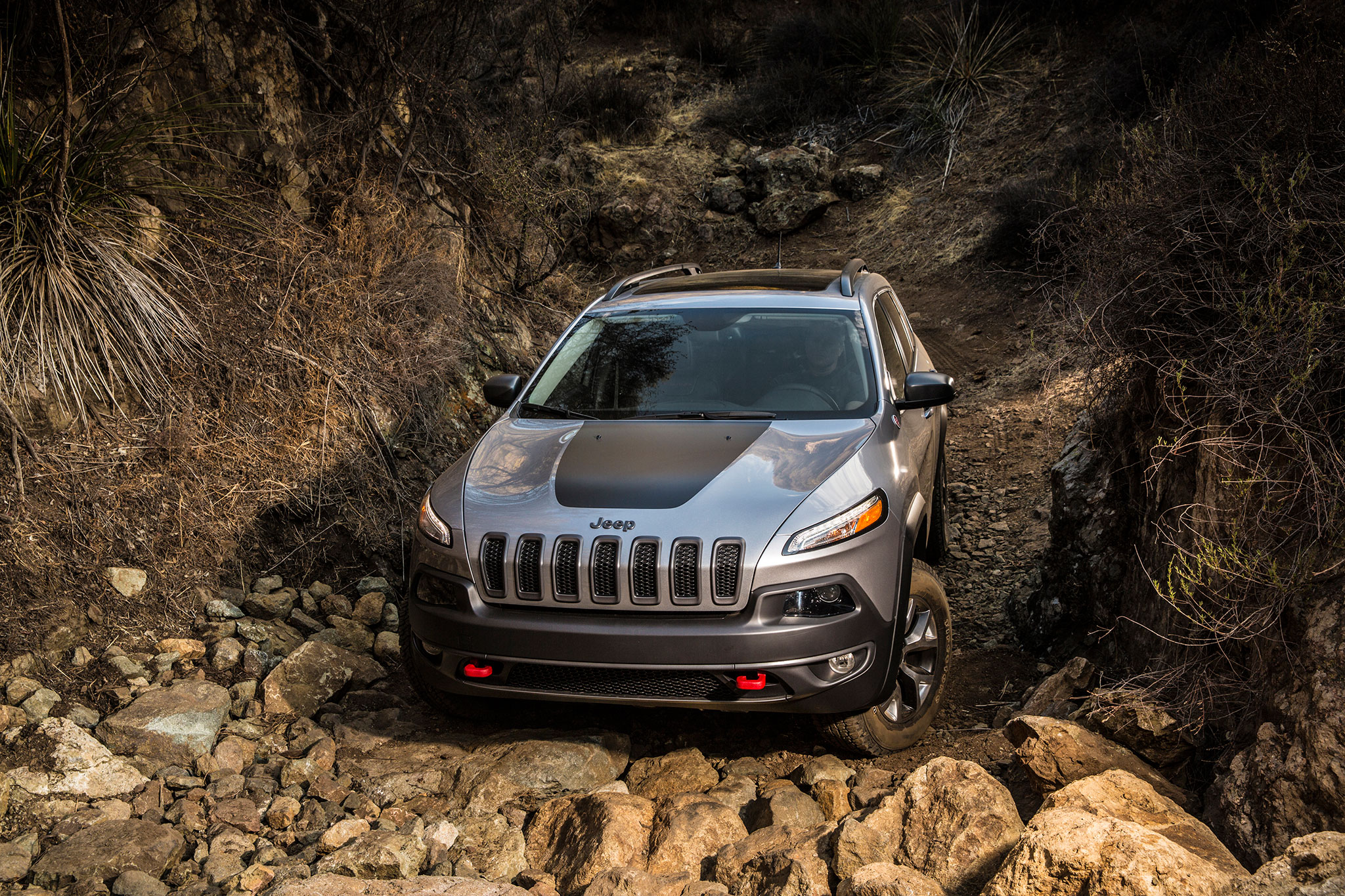 2014-Jeep-Cherokee-TrailHawk-front-view-offroad