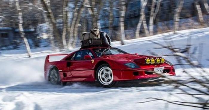 Un Ferrari F40 derrapando en la nieve