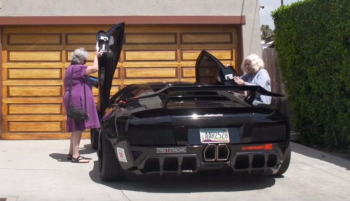 Dos abuelas, un Lamborghini