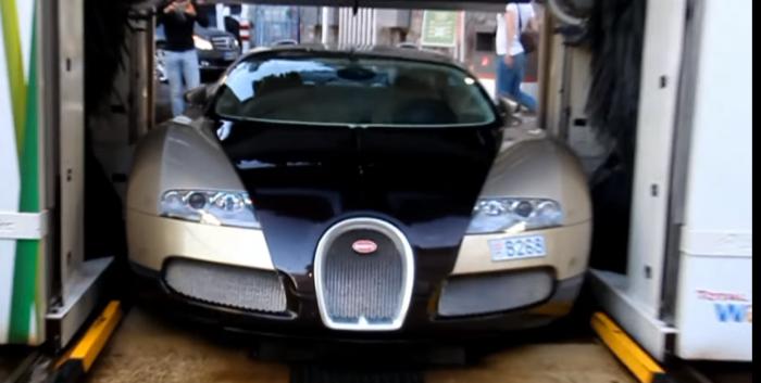 Lava su Bugatti Veyron en un túnel de lavado con rodillos
