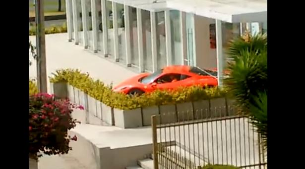 Como NO aparcar un Ferrari en el concesionario