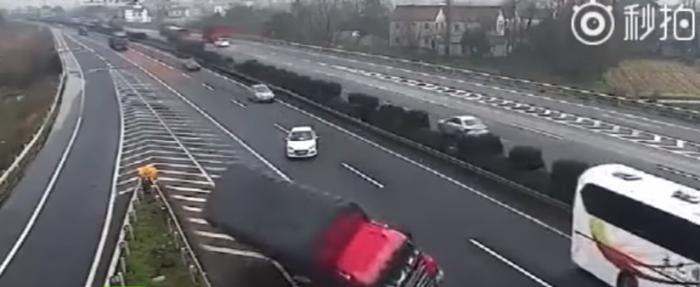 Vídeo: un conductor frena en seco en la autopista y provoca el caos