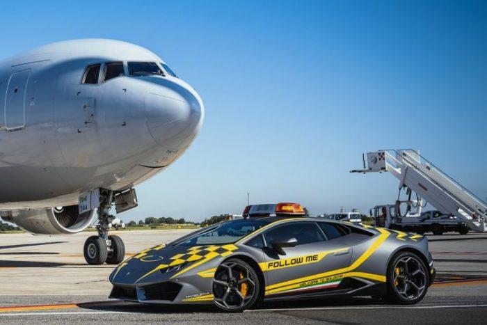 Cuestión de clase: el Follow Me Car del aeropuerto de Bolonia es un Lamborghini