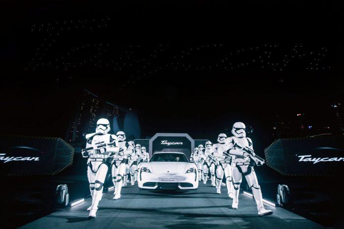 El Porsche Taycan 100% eléctrico, flanqueado por stormtroopers