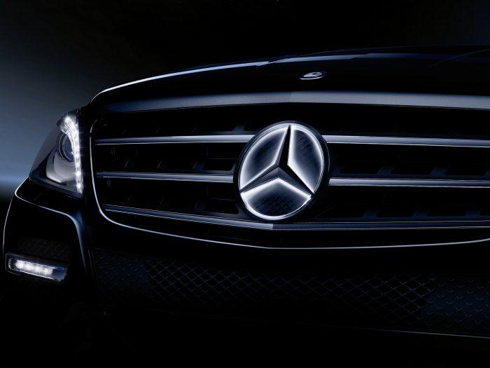 El logo iluminado de Mercedes-Benz, un riesgo para la seguridad