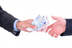Personas dandose dinero