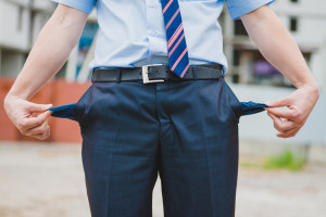 Hombre con los bolsillos vacios