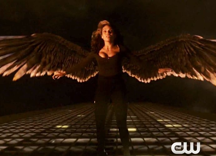 hawkgirl-learn-to-fly-in-arrow-the-flash-crossover