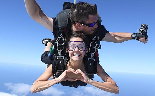 Nina Dobrev recibe el 2016 saltando en paracaídas - Series Adictos
