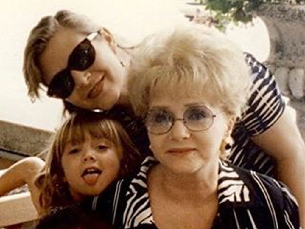 billie-lourd-mit-oma-debbie-reynolds-und-mama-carrie-fisher