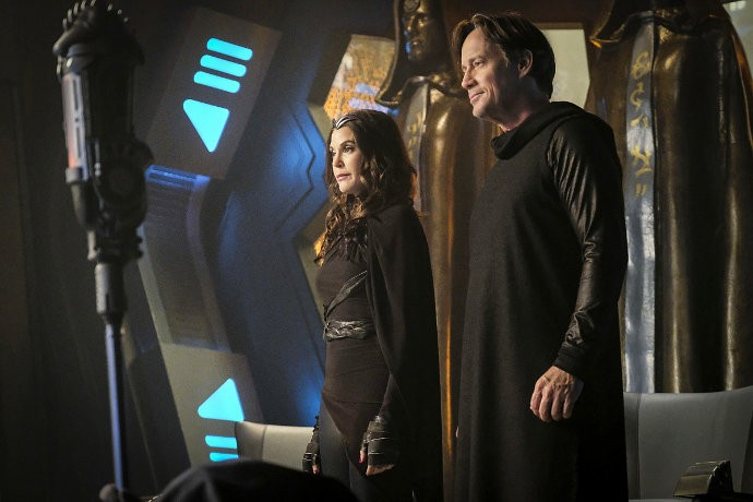 first-look-at-teri-hatcher-and-kevin-sorbo-on-supergirl