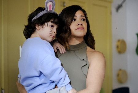 """Jane The Virgin -- """"Chapter Sixty-Three"""" -- Image Number: JAV319a_0127.jpg -- Pictured (L-R): Joseph Sanders as Mateo and Gina Rodriguez as Jane -- Photo: Scott Everett White/The CW -- © 2017 The CW Network, LLC. All rights reserved."""