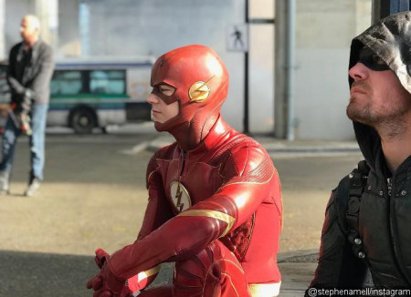 stephen-amell-shares-bts-photo-of-arrowverse-crossover