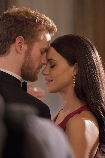 news-00118082-lifetime-s-meghan-markle-and-prince-harry-movie-releases-new-romantic-pics-450x675